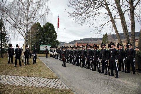 Stilfullt: Det ble en stilfull markering, som alltid når gardistene medvirker på seremonien ved minnebautaen. Foto: Lene Sæther.