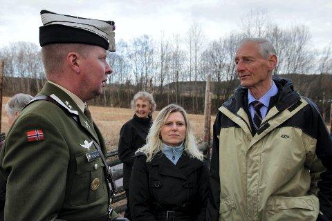 Tid til prat: Gardesjefen var interessert i å snakke med Ole Fossen og andre i familie med dem som falt ved Lundehøgda og områdene rundt. Her I samtale med Ole Fossen