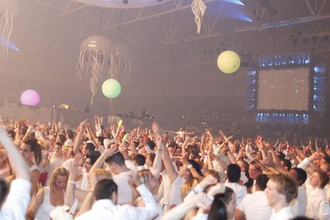 HOUSEPARTY: Det var 22.000 som svingte seg på housefesten Sensation – The Ocean of White på Telenor Arena. FOTO: ANETTE ANDRESEN