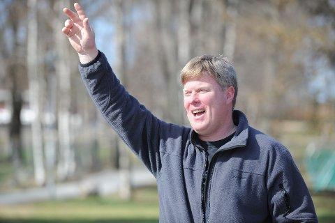 Hei på deg, sier Tom Erik Sætevik i Sandefjord Røde Kors. Det bør flere gjøre, mener han. Foto: Per Langevei
