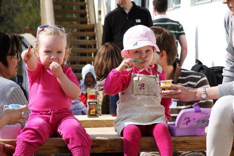 Søskenbarnene Erle og Elise på orkesterplass og fulgte alle de morsomme dyrene på passe langt hold.