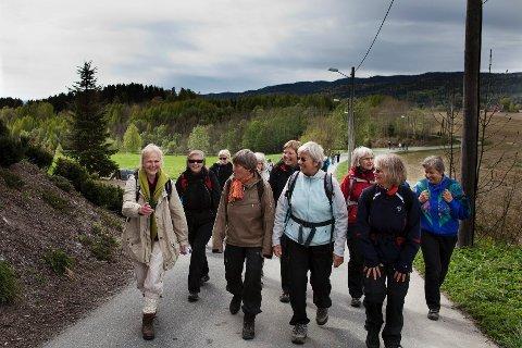 Det er en god opplevelse å vandre sammen med andre med samme interesse, sier deltakerne på turen gjennom Skoger på vei til Bragernes kirke. Berit Bergersen (i grønt skjerf) på pilgrimsferd.