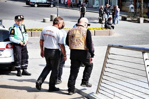 Passer på - Vi sørger bare for å opprettholde ro og orden, sier politiets Anders Strømsæther. Her går et Hells Angels-medlem forbi.
