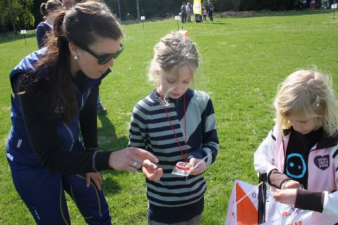 Instruktør Lene Godager viste Emma og Sara Syndstad hvordan man bruker kompass.