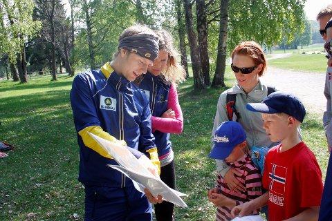 Mattias Karlson og Marit Kahrs lærte Kasper (8), Eline (6) og mor Siri Vestnes hvordan man leser kart.$PHOTOHEADER_ON$$PHOTOHEADER_OFF$