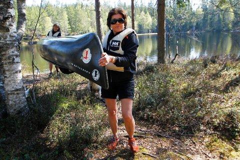 Linda Arstad og Grethe Johnsen har begge padlet kano mange steder i Norge. Noen ganger må kanoen bæres til neste vann eller forbi farlige farvann.
