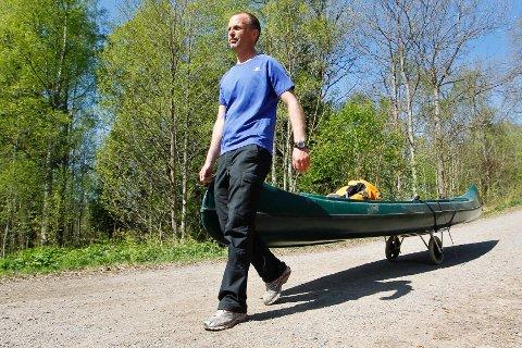 Er det langt til neste vann, kan man bruke kanotrille. Den er lett i vekt og enkel å feste på og av, forteller lærer Vegard Berentsen ved Markaskolen i Oslo.