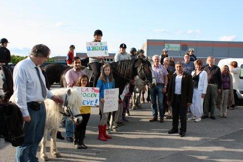 Her hestefølget som kom fra Søndre Aas gård til det lokalpolitiske møtet på Søndre Nordstrand. De er redde for å miste skogen de rir i.