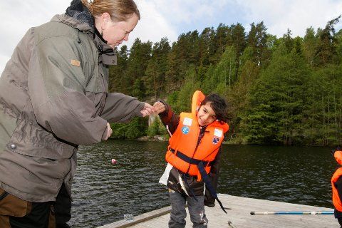 Roya Nael fikk dagens første fisk da 50 elever fra Stenbråten skole deltok på OFAs og NJFFs fiskecamp ved Skraperudtjern. Her sammen med lærer Sissel Heidel.