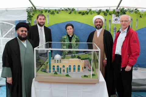 BROBYGGERE: To imamer, en rabbiner, en prest og en prosjektleder poserer foran en modell av den planlagte moskeen. Fra venstre: Syed Shamshad H. Rizvi, Joav Melchior, Silje Sørebø, Sheikh Mahmoud Jalloul, og Håvard Ingeborgrud.