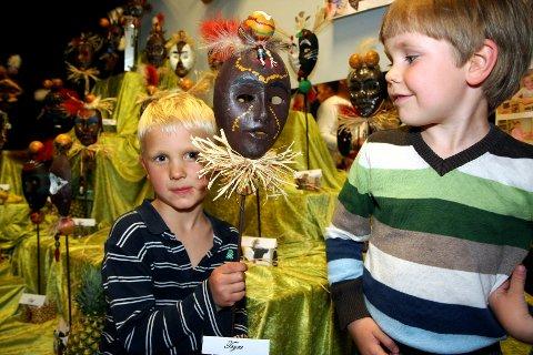 AFRIKANSKE MASKER. Håvard Norland Skøien (4 1/2) beundrer den flotte masken Trym Nilsen Lie (5 1/2) har laget.