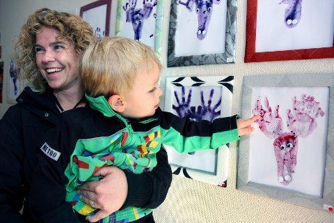 """Mamma Marianne Due Sørum har all grunn til å være stolt over sønnen, Iver Due Sørum (3). Han har nemlig laget dette stilige elgtrykket, der """"malingen"""" er laget av tyttebær, som han selv var med på å plukke rundt barnehagen i fjor høst."""