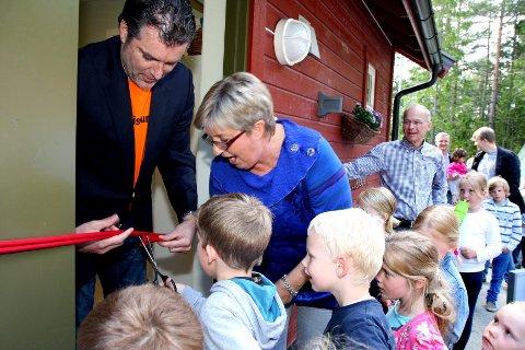Kunstneren Morten Viskum og hans nevø, Ola Viskum, som går i Utsiken barnehage, sto for den offisielle åpningen av utstillingen - assistert av daglig leder Frøydis Aasmundseth.