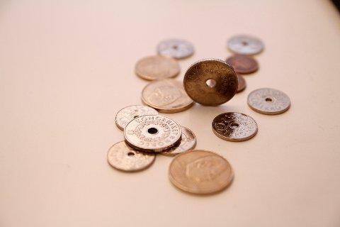 MYNTFORSKNING: Elever fra Hallagerbakken har forsket på myntkasting, det har tatt dem, helt til finalen i den landsomfattende nysgjerrigperkonkurransen.