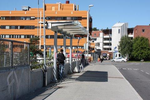 Er ikke bussterminalen på Holmlia ferdig? undres BU-representant Rune Eriksen. – Ikke er det benker og ikke vegger på leskurene.