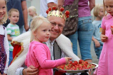 JORDBÆRKONGEN Simen Myhrene deler rundhåndet ut av sine saftige og søte jordbær. (Foto: Jordbæreventyret)