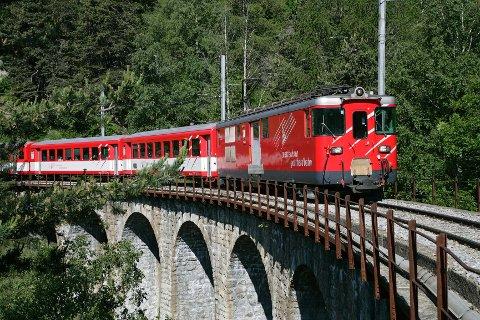 Matterhorn Gotthard Bahn kjører mellom St.Moritz og Zermatt. Her på Laxgraben.viadukten.