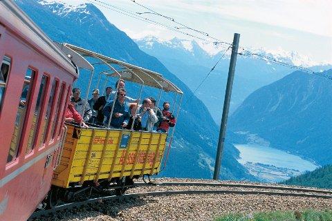 På Bernina-tog kan man kjøre i åpne vogner. Her ved Alp Gruem og Poschiavo-dalen