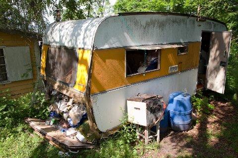 Campingvognen 72-åringen bor i har nå nesten falt helt sammen.