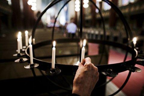 Mange tente lys for ofrene på Utøya og i Oslo.