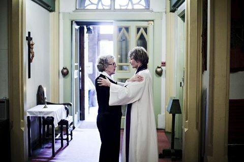 Ingrid Lycke Ellingsen og prest Kristin Fæhn fant styrke i hverandre.