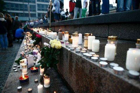 På Bragernes Torg i Drammen la folk ned blomster og tente lys både lørdag og søndag under to minnemarkeringer.