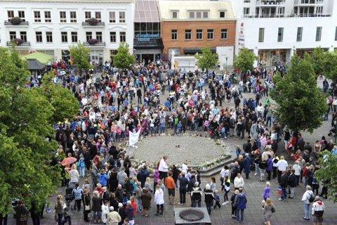 Folk strømmet til i tusenvis den siste halvtimen før samlingen på Torget tok til klokka 18. Foto: Olaf Akselsen