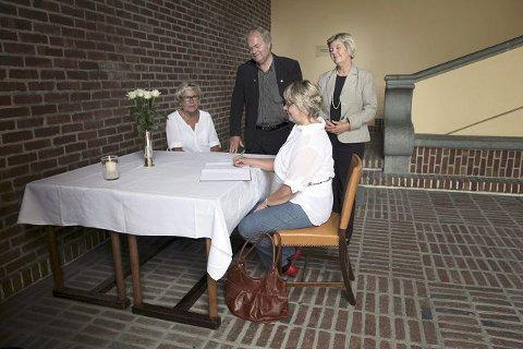 Alle som vil kan skriva seg inn i kondolanseprotokollen på Rådhuset i Haugesund. Denne vil vera tilgjengeleg innanfor normal arbeidstid framover. Elisabet Kristiansen (f.v.), fungerande rådmann Stål Alfredsen, kommunaldirektør Sissel Hynne og Ingrid Rossebø (framme), skriv seg inn i kondolanseprotokollen.
