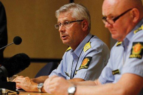 Visepolitimester Sveinung Sponheim (t.v.) og stabssjef Johan Fredriksen bekrefter at Politiet vil legge ut en fortløpende oversikt over de omkomne hver kveld klokken 18 i dagene som kommer.