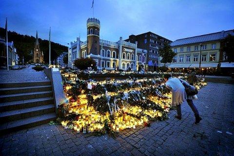 Blomster, lys og kort vil bli liggende på torget så lenge det er behov for det.