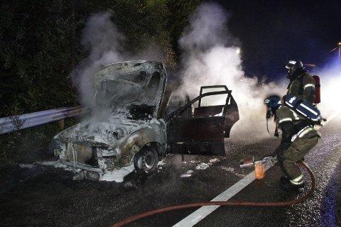 Brannvesenet drev slokkingsarbeid i 23.30-tiden onsdag kveld. Bilen, som er av merket Audi, ble totalskadd som følge av brannen.