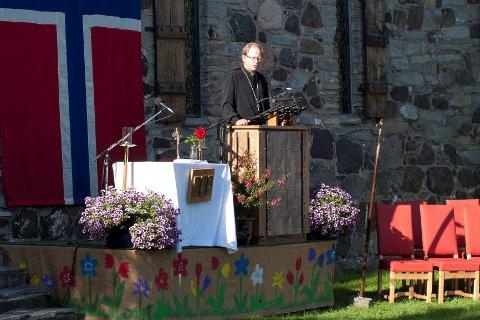 Prost Harald Bryne under uteseremonien. FOTO: EIRIK ASPAAS