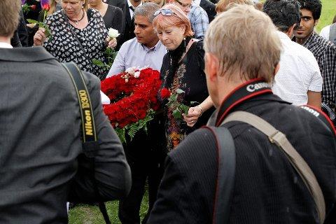 EN AV VÅRE: Bu-leder Nadeem Butt og nestleder Liv Jorunn Eriksen la ned krans på graven på vegne av hele Bydel Søndre Nordstrand.