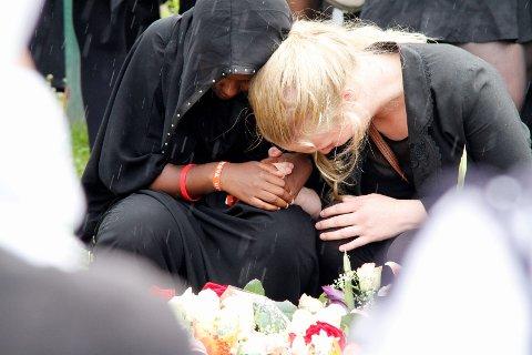 SORG: Familie og venner sørget over tapet av Mona Abdinur (18).