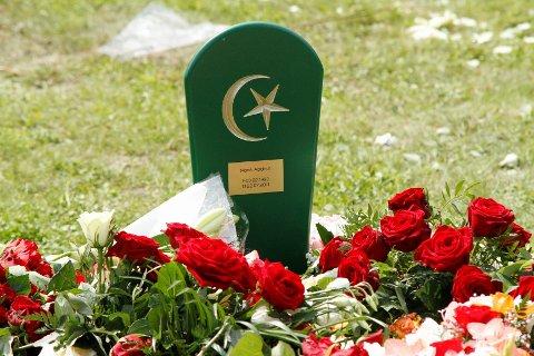 ROSER: Graven til Mona Abdinur ble raskt dekket av roser.