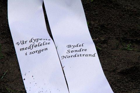 SAMMEN: Det ble lagt ned krans på vegne av Bydel Søndre Nordstrand som har mistet en av sine engasjerte og flotte ungdommer.