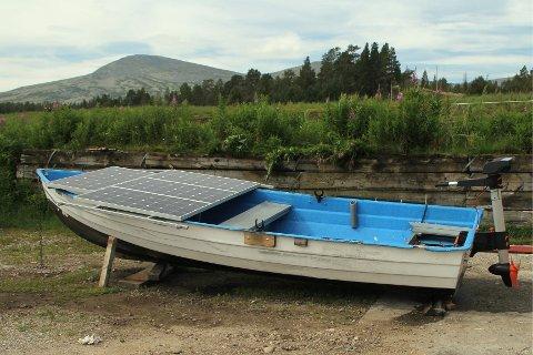 PRAKTISK LØSNING: Under solcellepanelet som ligger som et lokk over fronten på båten, kan man oppbevare ting - som fiskeutstyr. (Foto: Jan Ole Johnsgård)