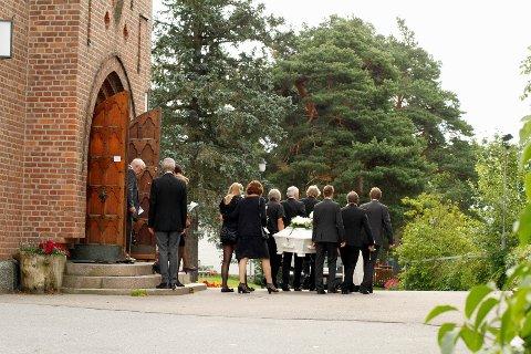 SORG: Familie, venner og andre berørte tok i dag farvel med Synne Røyneland (18) som omkom på Utøya.
