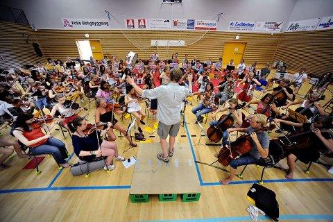 Kursleder, Niklas Djurle hadde stålkontroll som dirigent, på ungdomsorkesteret under første øvingsdagen sist søndag.   ALLE FOTO: OLE KR. TRANA
