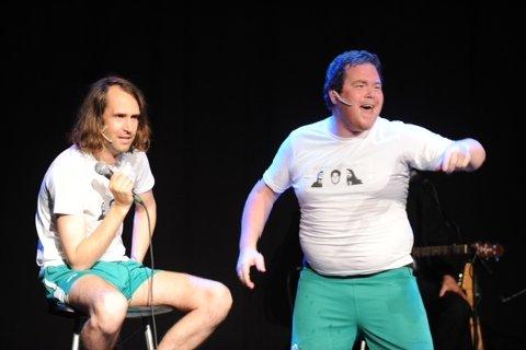 Billy Hem (til venstre) og Larsi Askevold i Paatalemyndighetene gir publikum det publikum vil ha.