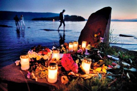 Store mengder blomster og lys er lagt ned ved Utvika Camping der mange av ungdommene fra Utøya ble berget i land under det dramatiske angrepet på AUFs sommerleir 22. juli. Foto: Kristoffer Øverli Andersen / Scanpix .