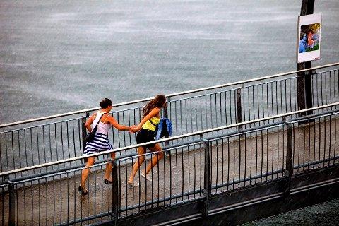Planer om å være ute i helgen? Da bør du bruke lørdagen godt. Søndag blir det mye regn.