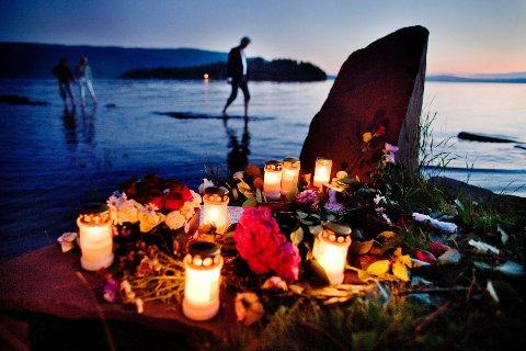 Store mengder blomster og lys ble lagt ned ved Utvika Camping der mange av ungdommene fra Utøya ble berget i land under det dramatiske angrepet på AUFs sommerleir 22. juli.