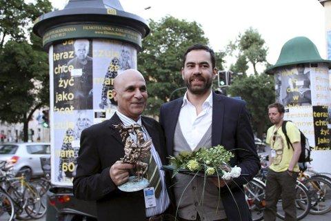 PRISVINNER: Regissør Kaveh Tehrani (til høyre) sammen med hovedrolleinnehaver Aziz Khatari etter at «1994» nylig vant en kortfilmpris ved den internasjonale filmfestivalen i Krakow. Foto: Privat