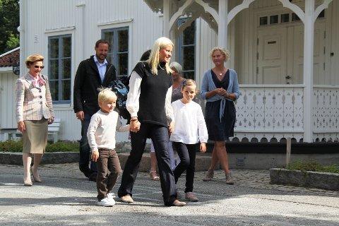Etter å ha hilst på skolens ledelse og storesøster Ingrid Alexandra, gikk prinsen videre for å øte sine nye skolekamerater.
