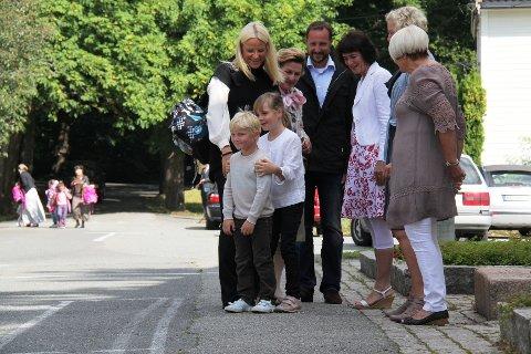 Prinsesse Ingrid Alexandra tok ansvar for lillebror, prins Sverre Magnus, da han kom til skolen.