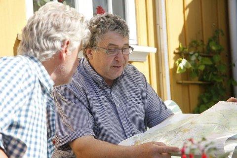 Knut Solberg (t.h.) diskuterer med nabobonde Arild Retvedt Øyen. Ingen av de to ønsker å bli Ås-innbyggere.