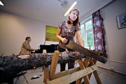 Ragnhild Zeigler følger intenst med på notene mens Morten Gaathaug lar pianotonene flyte utover i bakgrunnen. – Det er viktig å komme inn riktig. Samtidig skal jeg vise at jeg kan håndtere en sag selv om jeg er jente. FOTO: OLE KRISTIAN TRANA