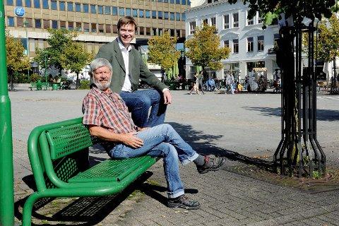 Syvendekandidat Ole T. Hoelseth (til venstre) og ordførerkandidat Vidar Andersen setter fredag inn en valgspurt med 24 timers sammenhengende stand på Torvet for å holde på medvinden. Foto: Kurt A. Høyessen <I><U></U></I>
