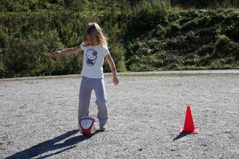 PRØVDE FOTBALL: Emma Riseld (6) prøvde lørdag fotball for andre år på rad.